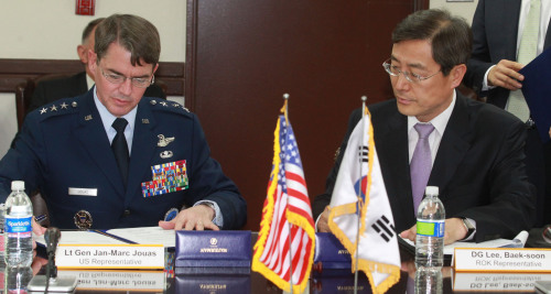Lee Baek-soon (right), director general of the Foreign Ministry's North America bureau, and USFK Deputy Commander Lt. Gen. Jan-Marc Jouas sign an agreed recommendation to amend the SOFA during a meeting of the Korea-U.S. SOFA Joint Committee at the Yongsan Garrison in central Seoul on Wednesday. (Joint Press Corps)