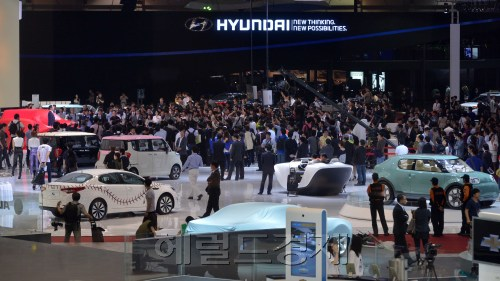 The Busan International Motor Show displays futuristic, energy-efficient vehicles of 22 global automakers on Thursday. (Lee Sang-sub/The Korea Herald)