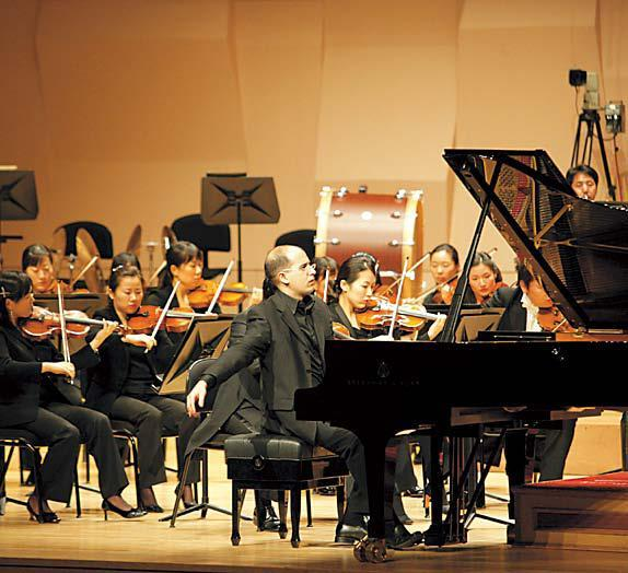 Alfonso Gomez performs to honor former Spanish Ambassador Delfin Colome at a concert in Seoul on May 23. (Spanish Embassy)