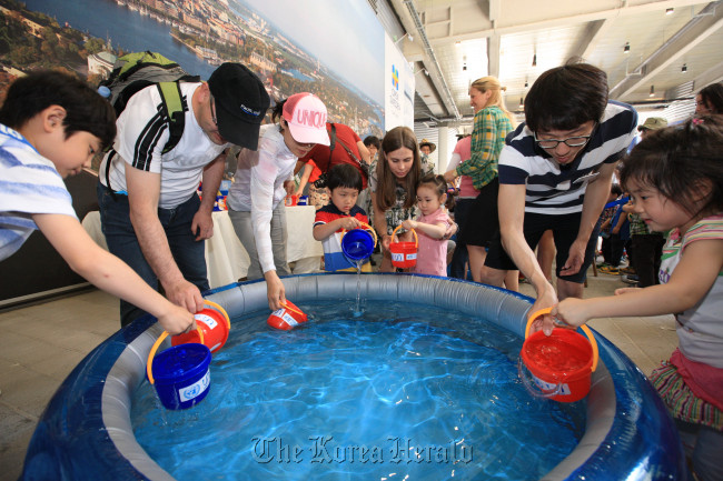 Kids take part in a water charity event attended by Swedish skier Anja Parson at the Swedish pavilion at the Yeosu Expo on Sunday. (Swedish pavilion)