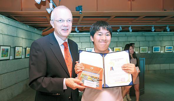 Dutch Ambassador Paul Menkveld presents the award and prize to the winner of the 2012 EKF's 3rd Autistic Children's Drawing Contest, Kim Min-seo, on May 26. (EKF)