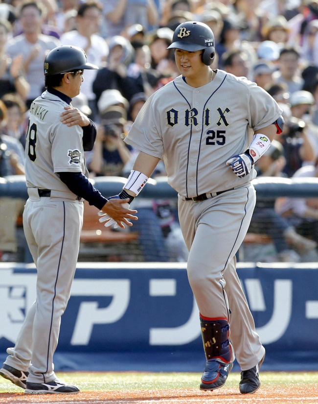Lee Dae-ho rounds the bases after hitting a home run. (Yonhap News)