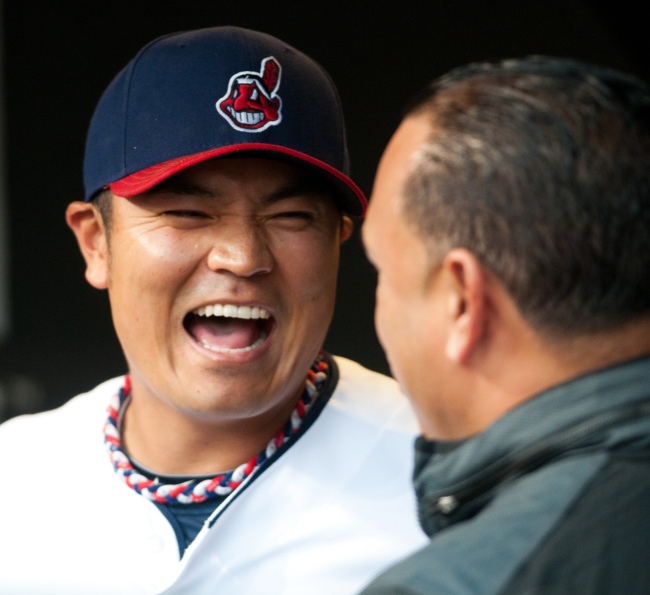 Cleveland Indians right fielder Choo Shin-soo talks with former Indians star Carlos Baerga over the weekend. The Korean went 1 for 5 with a run scored on Saturday.(Penta-Yonhap News)