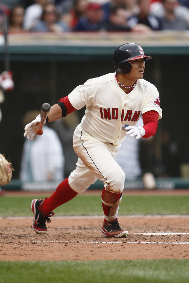 Cleveland Indians right fielder Choo Shin-soo hits a double against the Minnesota Twins on Sunday. The Korean went 2 for 4 to lift his batting average to .270. (AFP-Yonhap News)