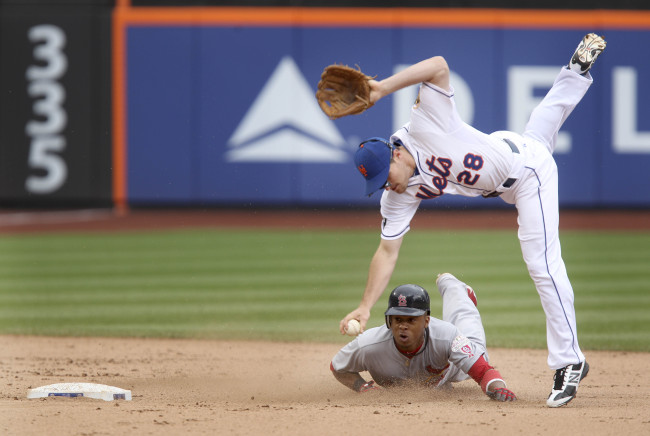 New York Mets second baseman Daniel Murphy tags out the St. Louis Cardinals' Adron Chambers in the seventh inning on Monday. (AP-Yonhap News)