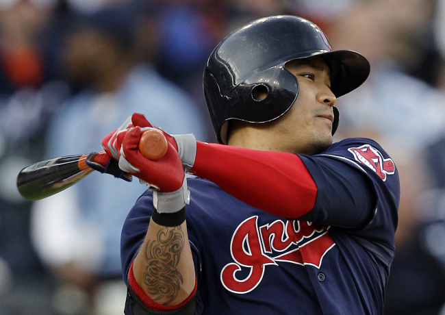 Cleveland Indians' Choo Shin-soo hits a single against the Detroit Tigers on Tuesday. (AP-Yonhap News)