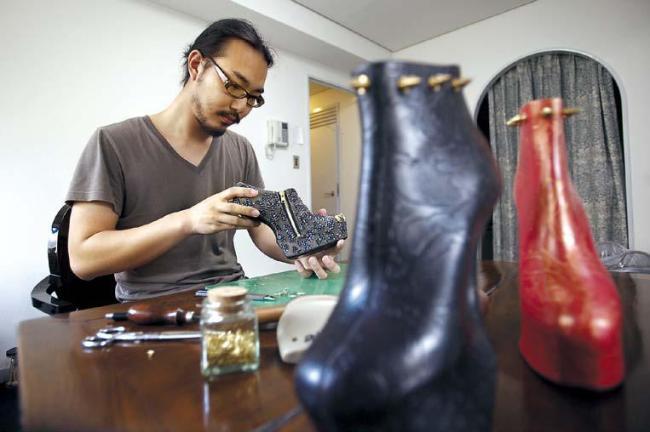 Japanese shoe designer Noritaka Tatehana works in his office in Tokyo. (AP-Yonhap News)