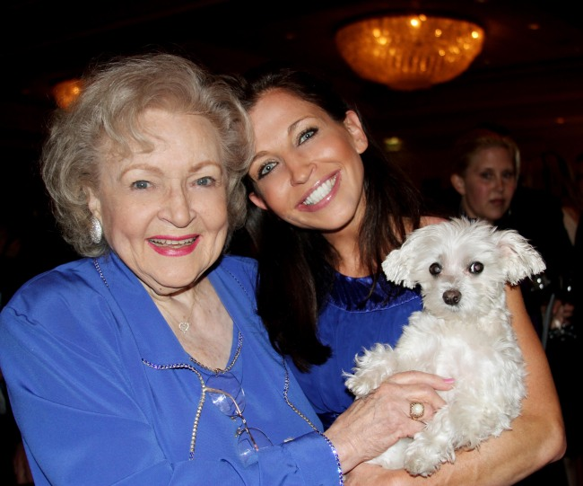 Actresses Betty White(left) and Kristen Stewart hold Lucky Diamond.(AP-Yonhap News)