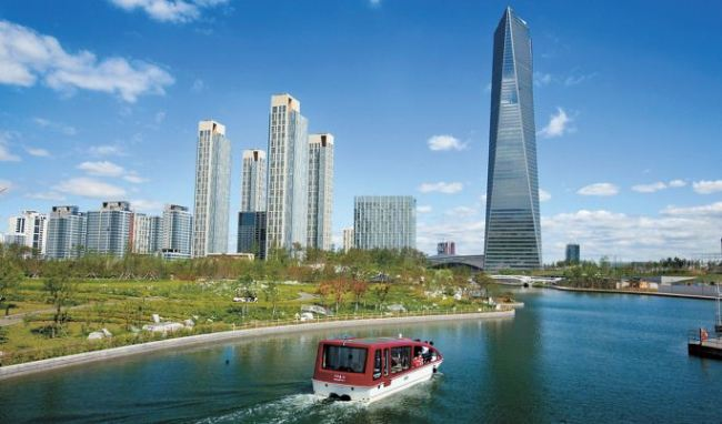 A water taxi cruises round Songdo Central Park in Songdo International City. (Incheon FEZ)