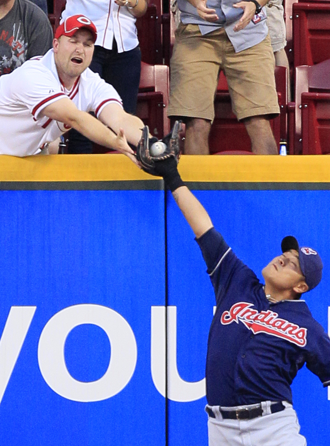 Cleveland Indians right fielder Choo Shin-soo makes a catch at the wall on Wednesday. The Korean went 1 for 5. (AP-Yonhap News)