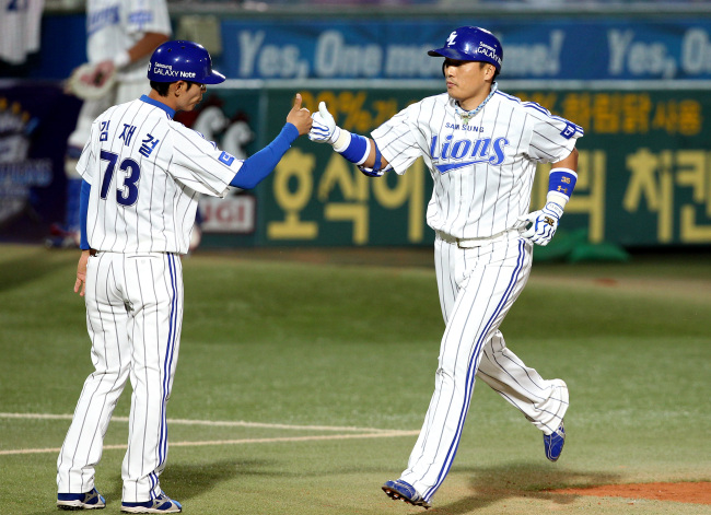 Samsung's Lee Seung-yeop rounds the bases after his home run on Thursday. (Yonhap News)