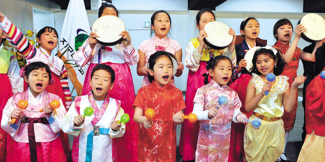 Children sing during an entrance ceremony at a school for students from multicultural families in southern Seoul in March. (Lee Sang-sub/The Korea Herald)