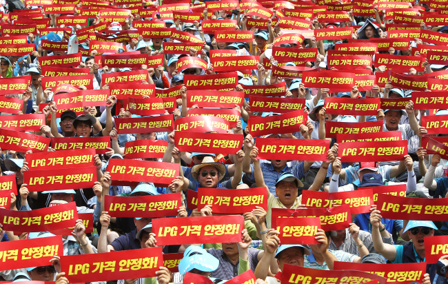 Striking taxi drivers demand lower fuel prices and higher fares during a protest at Seoul Plaza on Wednesday. (Yonhap News)