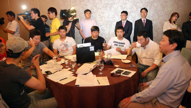 Pro baseball players discuss (existing) clubs' indefinite postponement of the creation of a 10th team on Monday. (Yonhap News)