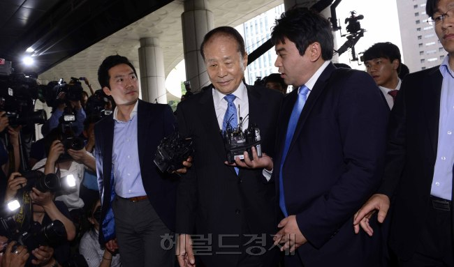 Lee Sang-deuk (center), President Lee Myung-bak's elder brother and former ruling party lawmaker, arrives at the Supreme Prosecutors' Office in southern Seoul on Tuesday. (Park Hae-mook/The Korea Herald)
