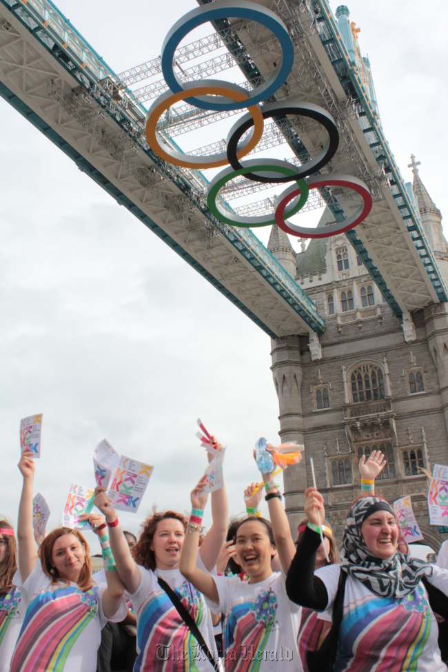 """K-supporters in front of Tower Bridge during a street promotion of """"All Eyes on Korea"""" in London on June 26. (KCC UK)"""