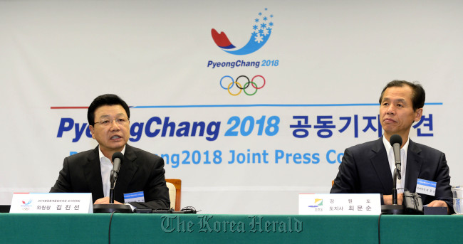 Kim Jin-sun (left), president of the PyeongChang Organizing Committee for the 2018 Olympic Winter Games, speaks at a news conference in Seoul on Wednesday as Gangwon Province Gov. Choi Moon-soon looks on. (Park Hae-mook/The Korea Herald)