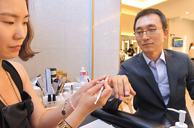 At Boboris Salon and Spa in Seoul, one of the most popular grooming-related services amongst male clientele is the manicure. According to creative director Esther Kim, men generally receive a simple cuticle-and-nail length-based treatment to make nails look clean and neat. (Lee Sang-sub/The Korea Herald)