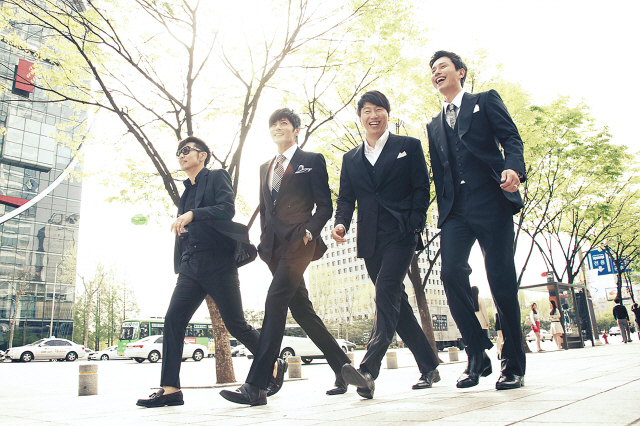 "In the hit SBS drama ""A Gentleman's Dignity,"" the four male leads — played by (from left) Lee Jong-hyeok, Jang Dong-gun, Kim Su-ro and Kim Min-jong — are portrayed as trendy, well-groomed 40-somethings who hangout at cafes and shop together. Are the characters a reflection of middle-aged Korean men today? (Hwa and Dam Pictures)"