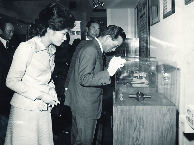 This undated photo shows Park Geun-hye and her father, former President Park Chung-hee, in the late 1970s. (Korea Herald file)