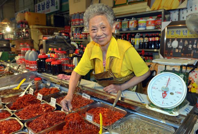 Ryu Yang-sun at her salted fish store in Noryangjin Fisheries Wholesale Market in southwesetern Seoul. (Kim Myung-sub/The Korea Herald)
