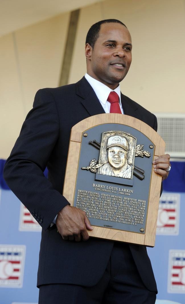 Former Cincinnati Reds star Barry Larkin holds his Hall of Fame plaque on Sunday. (AP-Yonhap News)