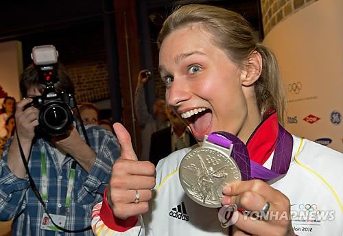 German fencer Bitta Heidemann poses with a silver medalon Monday.(Yonhap News)