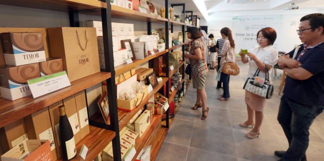 Customers look around Store 36.5, which specializes in goods made by social enterprises, in Seoul on Wednesday. (Yonhap News)