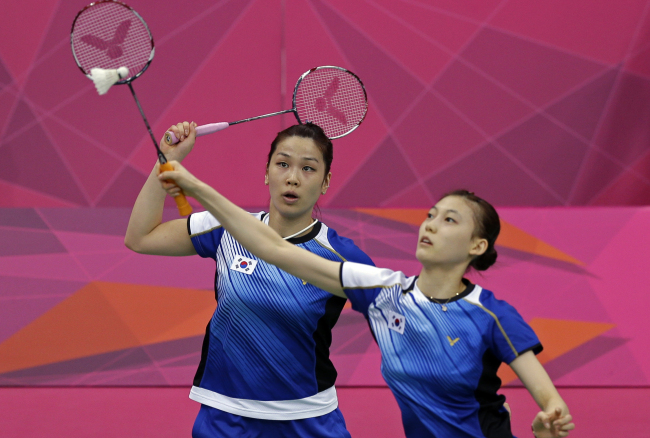 South Korea's Jung Kyung-eun, left, and Kim Ha-na play against Valeria Sorokina and Nina Vislova, or Russia, during a women's doubles badminton match at the 2012 Summer Olympics, Monday, July 30, 2012, in London. (AP-Yonhap News)