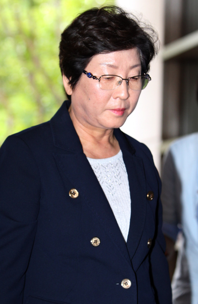 Rep. Hyun Young-hee of the Saenuri Party arrives at the Busan District Prosecutors' Office on Monday. (Yonhap News)