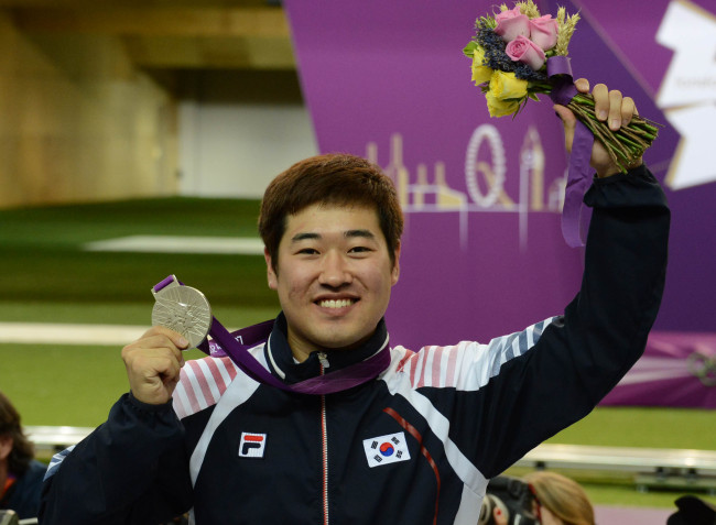 Kim Jong-hyun wins the silver medal in the men's 50-meter rifle 3 positions even on Monday at the London Olympics. (London Olympic Joint Press Corps)
