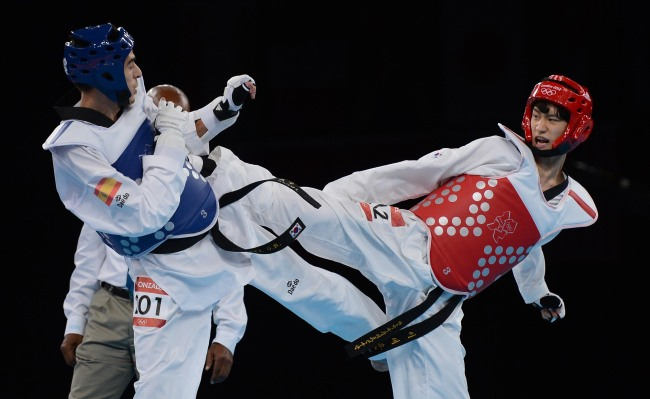 Taekwondo silver-medalist Lee Dae-hoon (right) spars in the final on Wednesday. (London Olympic Joint Press Corps)