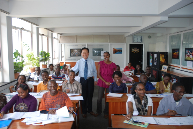 This file photo shows Kim Eung-soo (center), a retired Air Force colonel, and his students at Sejong Institute in Nairobi.(The International Korean Language Foundation)