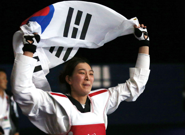 South Korea's Hwang Kyung-seon reacts after winning the gold medal in women's under-67-kilogram event at 2012 London Olympic Games. (Yonhap News)