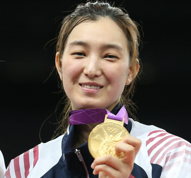 South Korea's Hwang Kyung-seon poses with her gold medal on Friday after winning the women's under-67-kilogram event at 2012 London Olympic Games. (Yonhap News)