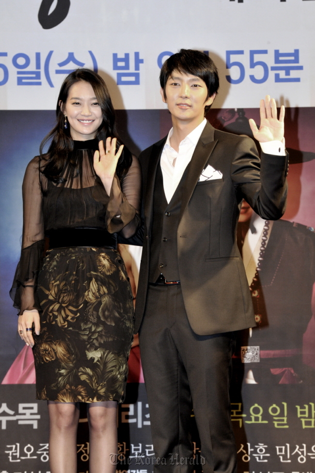 """Tale of Arang"" stars Shin Min-a (left) and Lee Joon-gi attend the drama's press conference in Seoul on Friday. (MBC)"