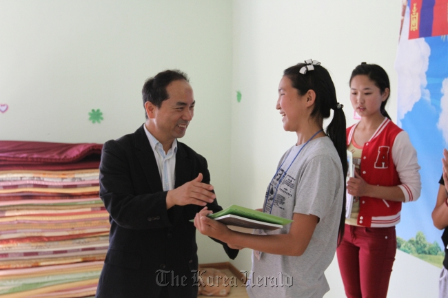 ECC director Lee hands out certificates to students after they completed a Korean language program in Ulan Bator. (ECC)