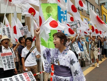 Protesters shout slogan at anti-Korea rally in Tokyo on Thursday. (AP-Yonhap News)