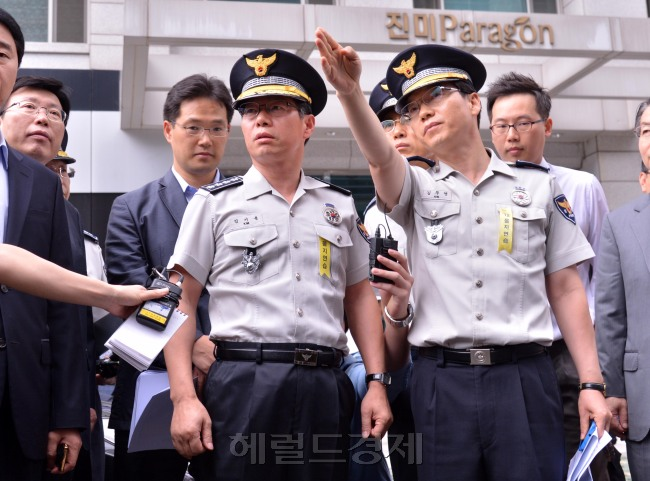 Kim Ki-yong (second from left), commissioner general of the National Police Agency, inspects on Thursday the crime scene in Yeouido, where a man stabbed four people on the previous day. (Lee Sang-sub/The Korea Herald)