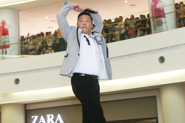 Psy performs at Timesquare, Seoul, on Sunday. (Yonhap News)