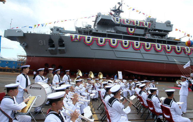 Korea's first indigenously built rescue and salvage ship is unveiled at a shipyard in the southeastern port city of Geoje on Tuesday. (Yonhap News)