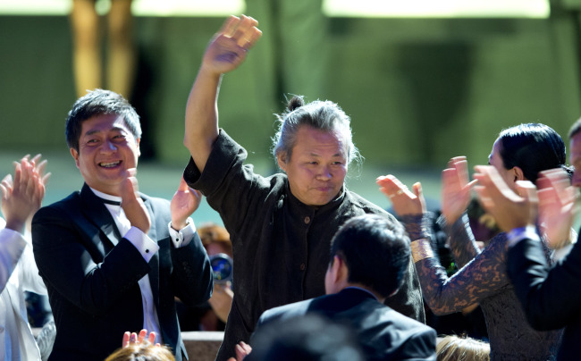 Director KIM Ki-duk is celebrated as he is announced the winner of the Golden Lion for best movie for his film `Pieta` at the 69th edition of the Venice Film Festival in Venice, Italy, Saturday. (AP-Yonhap News)