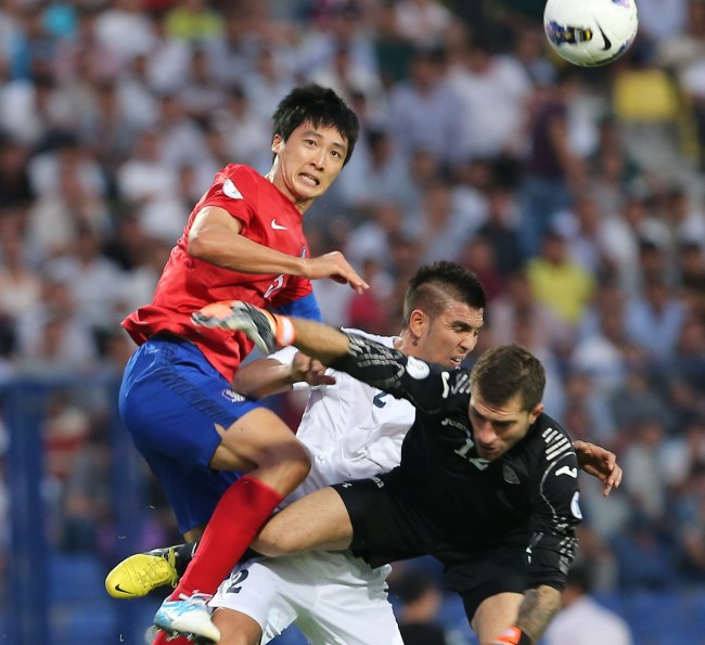 South Korea`s Kwak Tae-hwi (left) scores a goal during a match against Uzbekistan at Pakhtakor Stadium in Uzbekistan. (Yonhap News)
