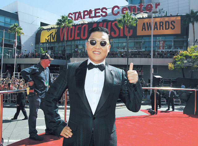 Psy arrives at the MTV Video Music Awards on Sept. 6 in Los Angeles. (AP-Yonhap News)