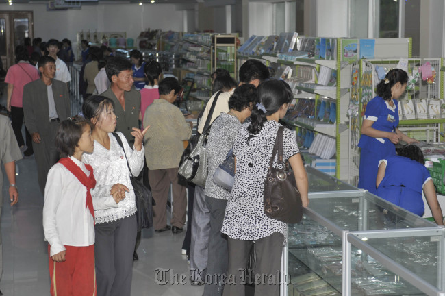 North Korean parents and children shop at a children's department store in Pyongyang last Thursday. The Japan-based pro-North Korea newspaper Chosun Sinbo reported on it last Saturday. (Yonhap News)