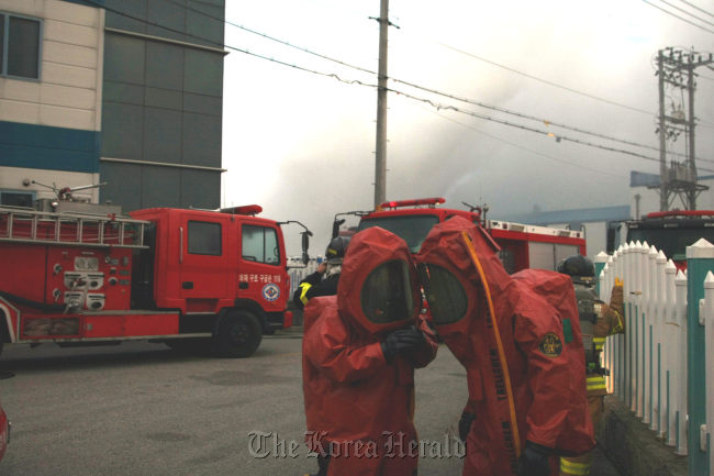 Fire fighters arrive at a chemical plant in Gumi, North Gyeongsang Province, where an explosion occurred Thursday. (Yonhap News)