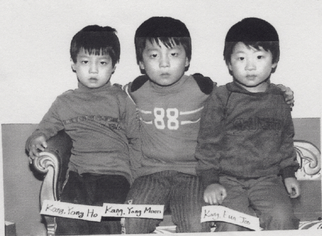 A majority of international adoptees' family registry records were falsified in the past in order to send non-orphaned children for adoption. Michael Kang (center), whose Korean name is Kang Yong-moon, was adopted in 1983 and visited Korea in 2006. He has two different family registries: one is the original family registry with the name of his birth parents and brothers, and another was newly made during Kang's adoption process. (Yonhap News)