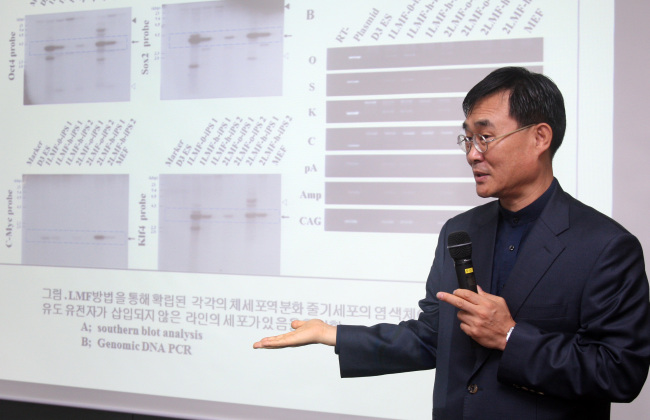 Professor Park Se-pill speaks about the new technology to generate induced pluripotent stem cells on Tuesday. (Yonhap News)