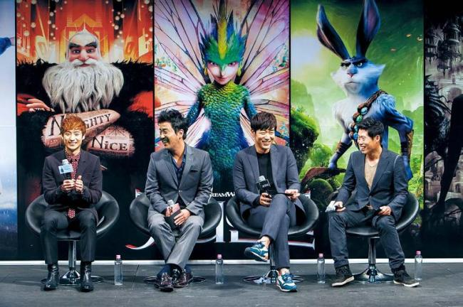 "From left: Actors Lee Je-hoon, Ryu Seung-ryong, Lee Jong-hyuk and Yoo Hae-jin laugh during a press meeting in Seoul on Tuesday. The four actors voiced characters in the upcoming 3-D computer-animated film ""Rise of the Guardians."" (1st Look)"