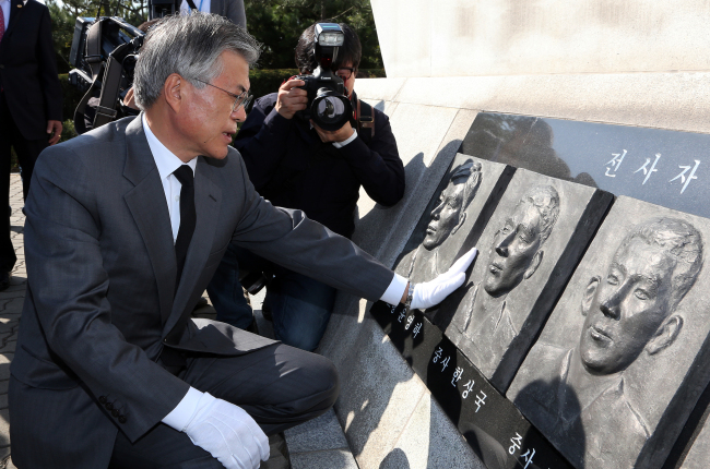 Democratic United Party candidate Rep. Moon Jae-in pays his respects earlier this month at the cenotaph of a soldier killed in the Yeonpyeong naval clash in 2002. (Yonhap News)